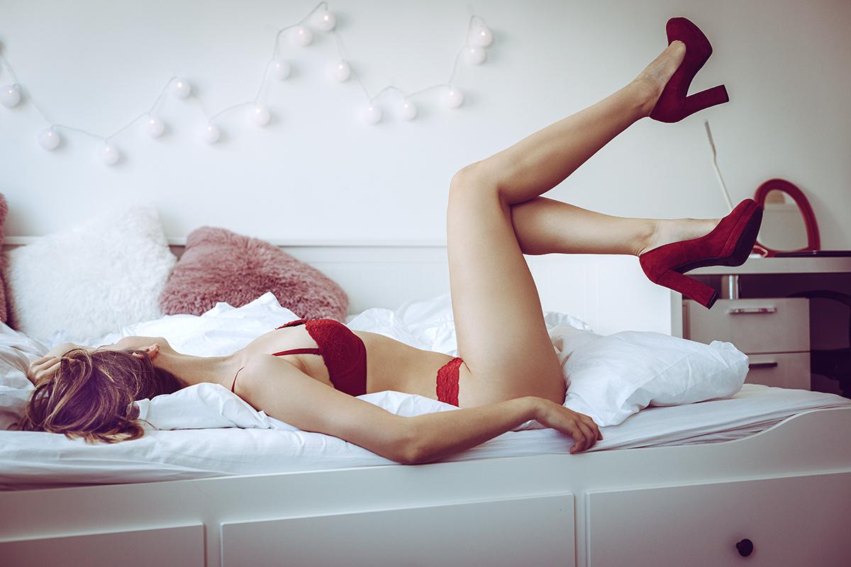 Bild von Lisa in roten Dessous und roten Schuhen
